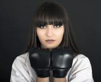 Fille asiatique de Karateka sur le tir noir de studio de fond Image stock