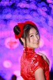 Fille asiatique de portrait belle dans la robe rouge traditionnelle chinoise Photo libre de droits