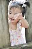 Fille asiatique de portrait la petite avec le visage de sourire joue l'outdoo photographie stock libre de droits