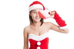 Fille asiatique de Santa Claus de Noël avec le coeur rouge Photo libre de droits