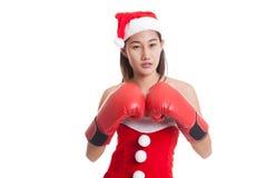 Fille asiatique de Santa Claus de Noël avec le gant de boxe Images libres de droits