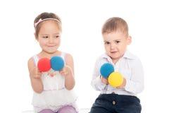 Fille asiatique et garçon européen jouant avec des boules Photo libre de droits