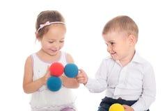 Fille asiatique et garçon européen jouant avec des boules Photo stock
