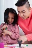 Fille asiatique et papa réunissant images stock