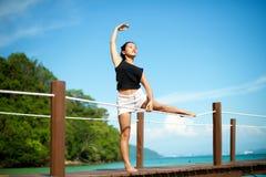Fille asiatique faisant la pose de yoga au pilier Photographie stock libre de droits