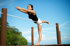 Fille asiatique faisant le yoga au pilier Photographie stock libre de droits