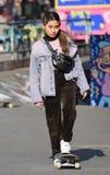 Fille asiatique faisante de la planche à roulettes de jeunes à la mode Londres, R-U Mars 2019 photographie stock libre de droits