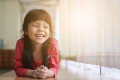Fille asiatique heureuse photos libres de droits