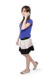 Fille asiatique heureuse sur la marche de téléphone photo libre de droits
