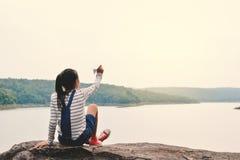 Fille asiatique heureuse tenant la fusée de papier en nature Photographie stock