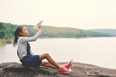 Fille asiatique heureuse tenant la fusée de papier en nature Photos libres de droits