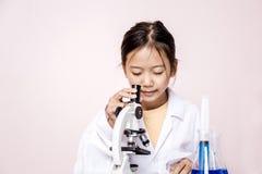 Fille asiatique jouant en tant que scientifique pour expérimenter Photos libres de droits