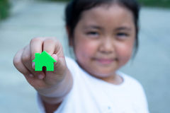 Fille asiatique jouant le modèle de maison, foyer choisi Image stock