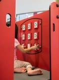 Fille asiatique jouant le panneau d'assortiment de Tac Toe de tic au terrain de jeu photo stock