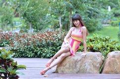 Fille asiatique la belle et de sexe montre sa jeunesse dans le parc images stock