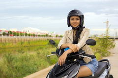 Fille asiatique magnifique avec la moto Photos libres de droits