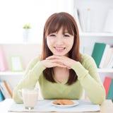 Fille asiatique mangeant le petit déjeuner image stock