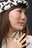 Fille asiatique mettant la main sur le coffre Photos libres de droits