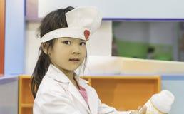 Fille asiatique mignonne jouant le docteur images libres de droits