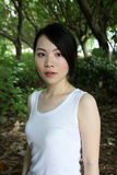 Fille asiatique mignonne regardant le visualisateur Photo stock