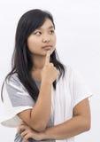 Fille asiatique mignonne sur la pensée d'isolement de fond photographie stock libre de droits