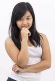 Fille asiatique mignonne sur la pensée d'isolement de fond photo stock