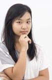 Fille asiatique mignonne sur la pensée d'isolement de fond photos libres de droits