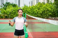 Fille asiatique se tenant sur la cour de badminton image libre de droits