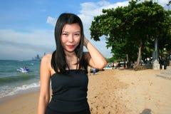 Fille asiatique sur une plage en Thaïlande. Images libres de droits