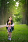 Fille asiatique tenant la fleur Images libres de droits