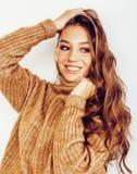 Fille assez adolescente de hippie de jeunes posant le sourire heureux émotif sur le fond blanc, concept de personnes de mode de v Photos libres de droits