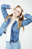 Fille assez adolescente de hippie de jeunes posant le sourire heureux émotif sur le fond blanc, concept de personnes de mode de v Images libres de droits