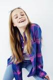 Fille assez adolescente de hippie de jeunes posant le sourire heureux émotif sur le fond blanc, concept de personnes de mode de v Photo stock