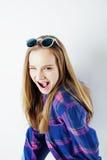Fille assez adolescente de hippie de jeunes posant le sourire heureux émotif sur le fond blanc, concept de personnes de mode de v Image stock