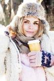 Fille assez adolescente de hippie de jeunes extérieure en parc ha de neige d'hiver Image stock