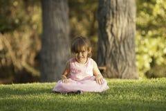 Fille assez 3 Asiatique-caucasienne 1/2 an dans la robe rose Images stock