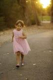 Fille assez 3 Asiatique-caucasienne 1/2 an dans la robe rose Photographie stock libre de droits