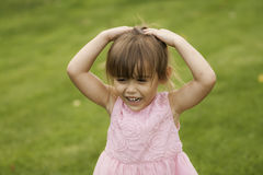 Fille assez 3 Asiatique-caucasienne 1/2 an dans la robe rose Photos libres de droits