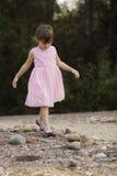Fille assez 3 Asiatique-caucasienne 1/2 an dans la robe rose Photographie stock