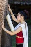 Fille assez asiatique dans la robe thaïlandaise traditionnelle Photographie stock