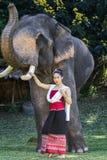 Fille assez asiatique dans la robe thaïlandaise traditionnelle Image libre de droits