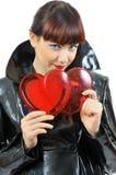 Fille assez aux yeux bleus avec deux coeurs dans des mains Photographie stock libre de droits