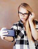 Fille assez blonde de hippie de jeunes faisant le selfie sur le dos chaud de brun Images libres de droits