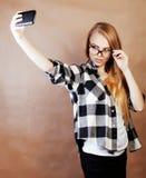 Fille assez blonde de hippie de jeunes faisant le selfie sur le dos chaud de brun Photos stock