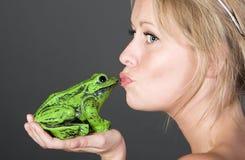 Fille assez blonde embrassant une grenouille Photos stock