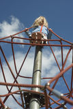 Fille assez blonde jouant sur la corde du Web rouge en été Photo libre de droits