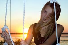 Fille assez de l'adolescence au coucher du soleil Photo stock