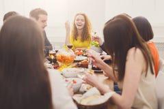 Fille assez heureuse avec des amis au dîner de fête de table Photographie stock