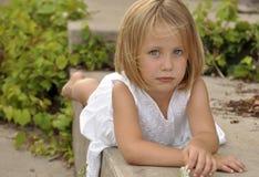 Fille assez jeune avec la fixation de œil bleu Images stock
