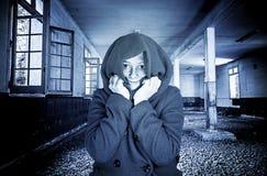 Fille assez jeune avec le manteau et le froid photos stock